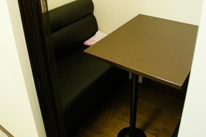 リラックスできるカフェ風の個室。