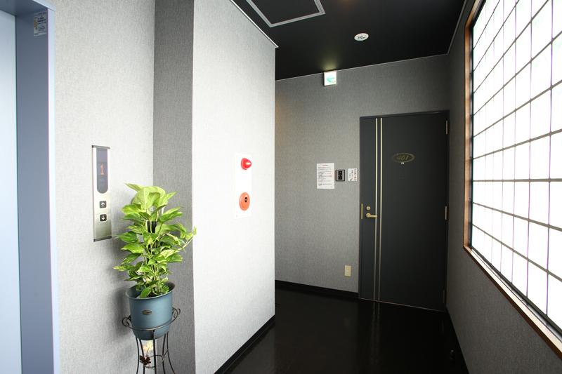 エレベーター完備。清潔感のある店内。毎日清掃業者が入っております。